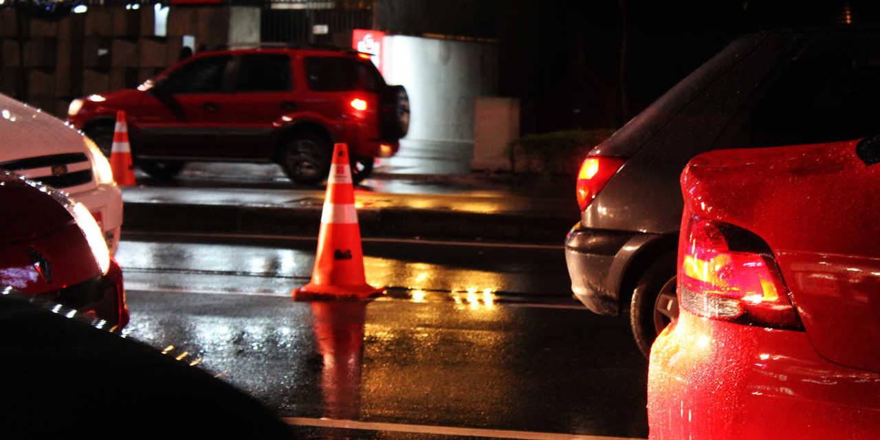 transito de carro na noite