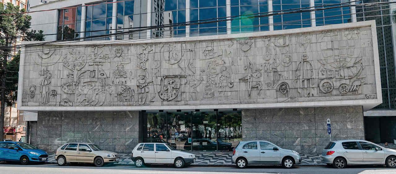 carros estacionados em curitiba em frente ao teatro guaira