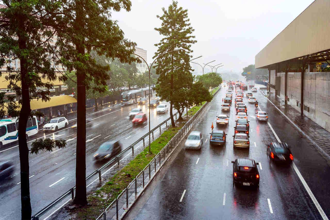 chuva forte em avenida de sao paulo