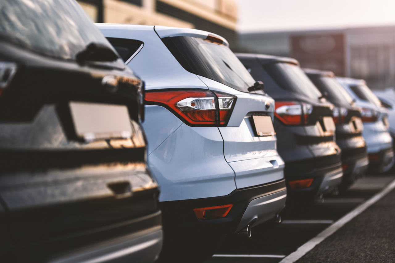foto da parte de trás de carros estacionados um ao lado do outro