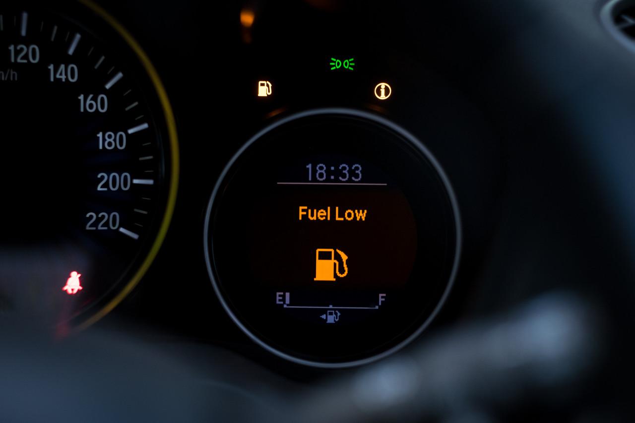 luz de combustivel acesa no painel do carro