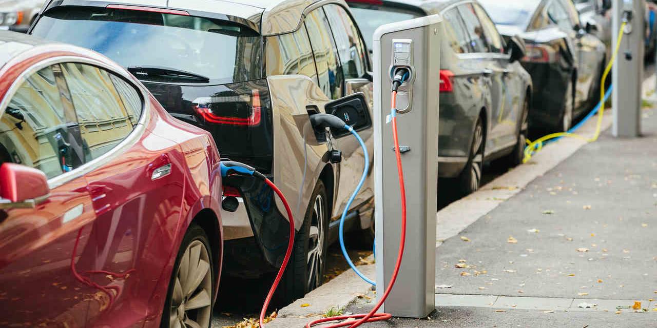 carros eletricos carregando