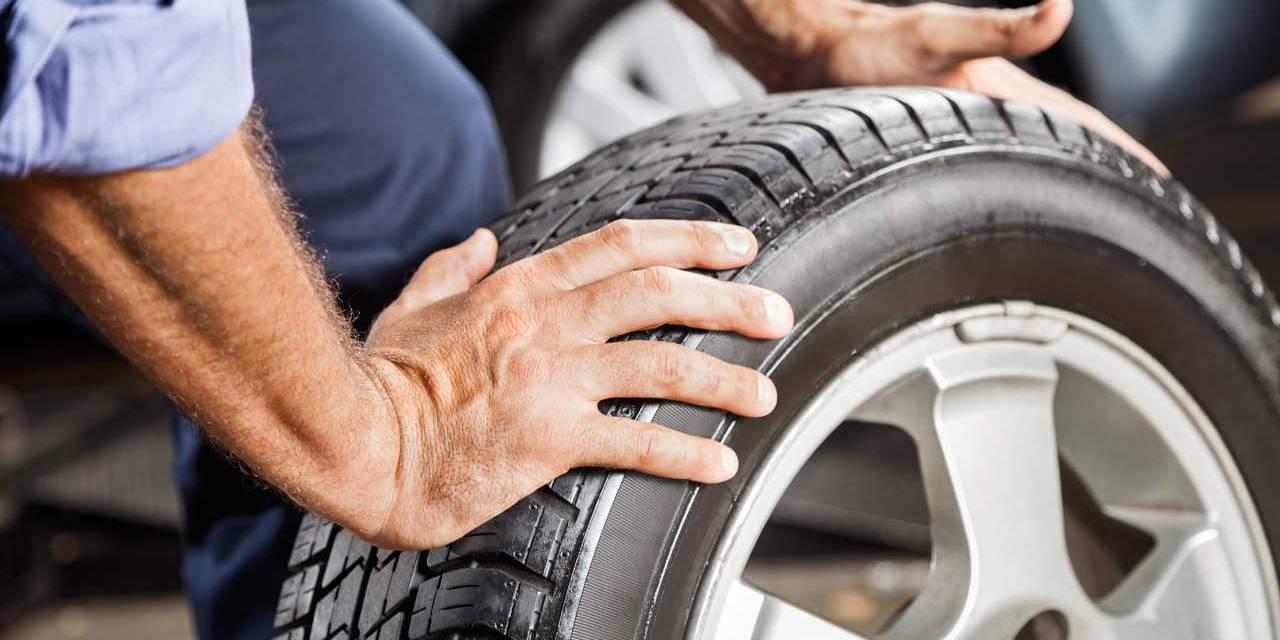 homem segura pneu