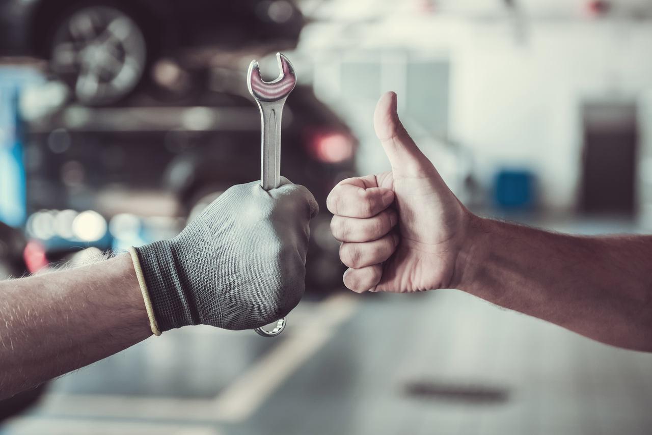 mecanico e motorista em oficina