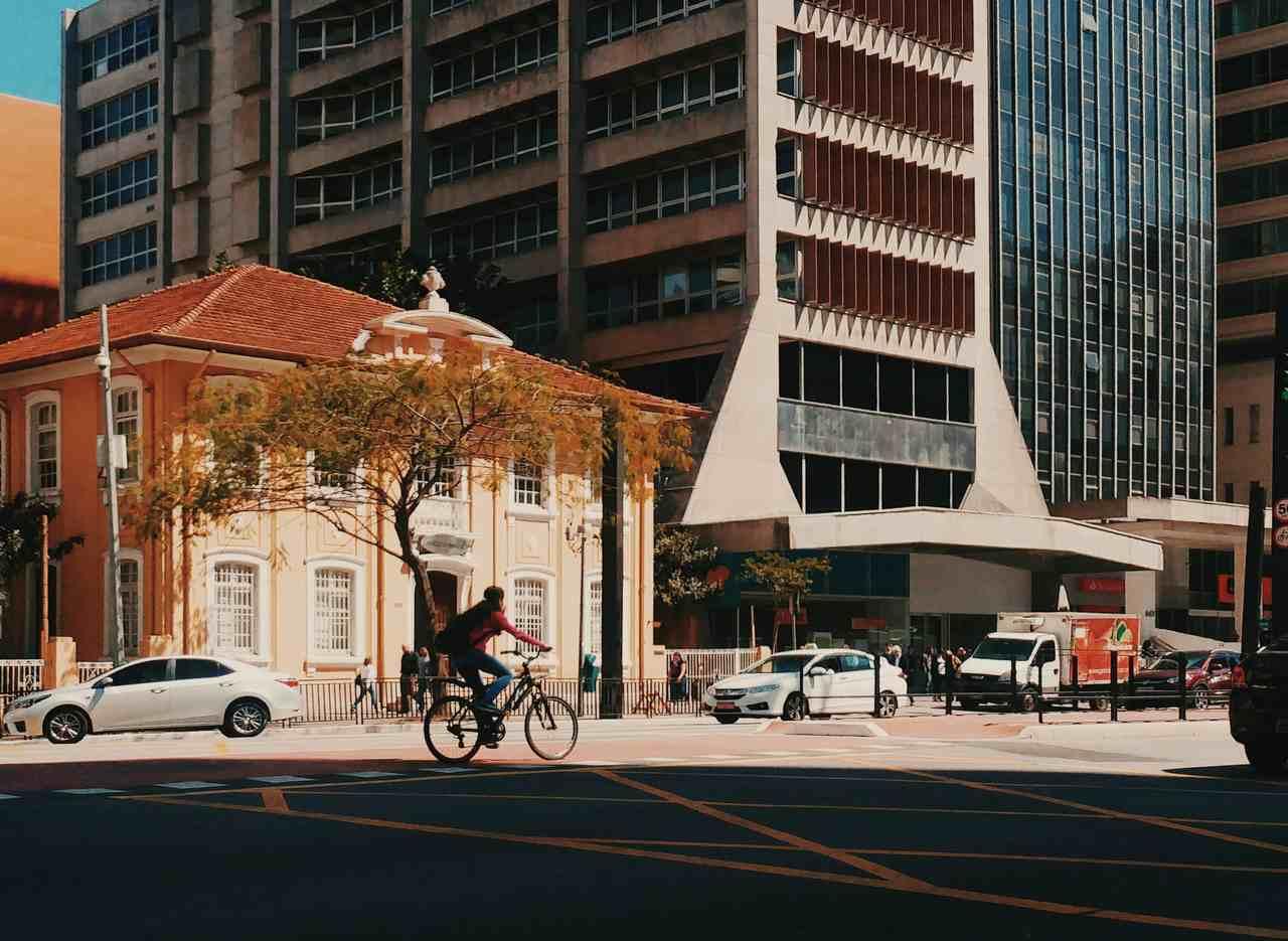 avenida paulista ciclista onibus e carros