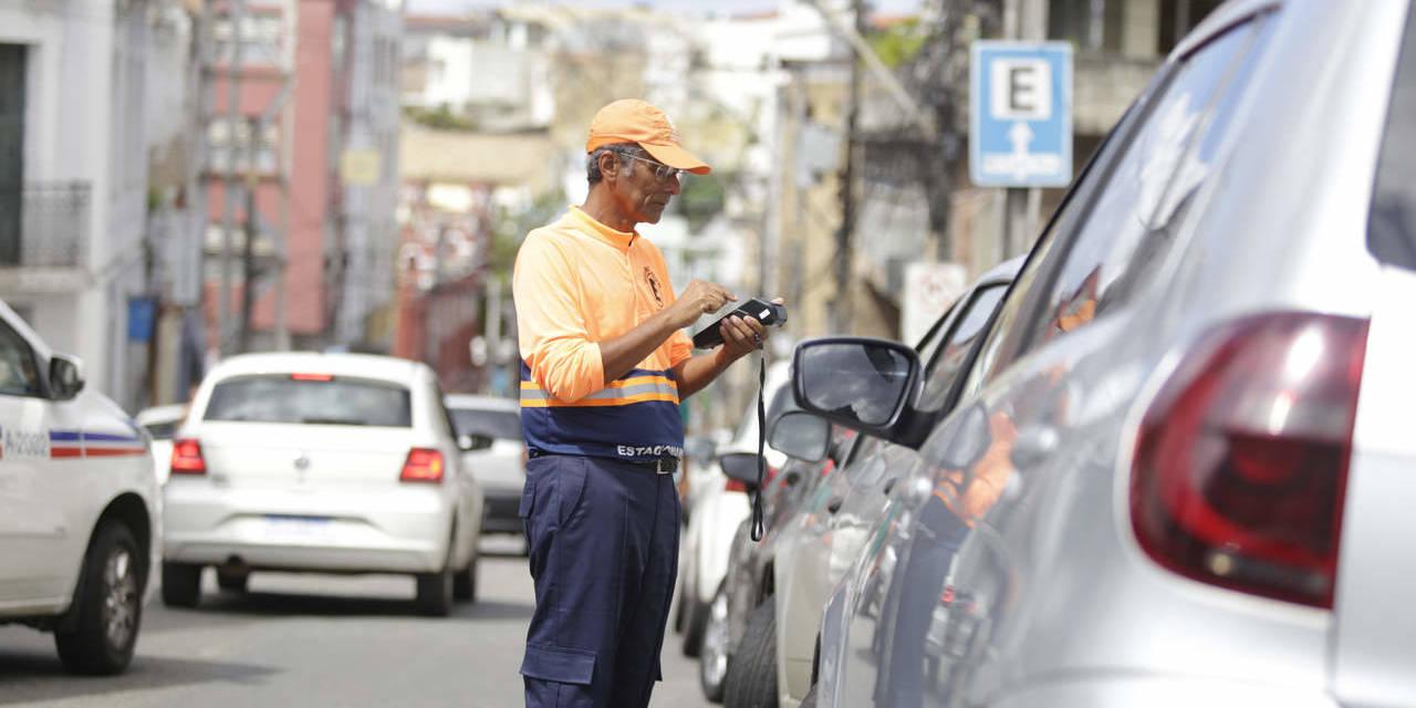 agente de transito fiscaliza carros estacionados na zona azul digital salvador bahia