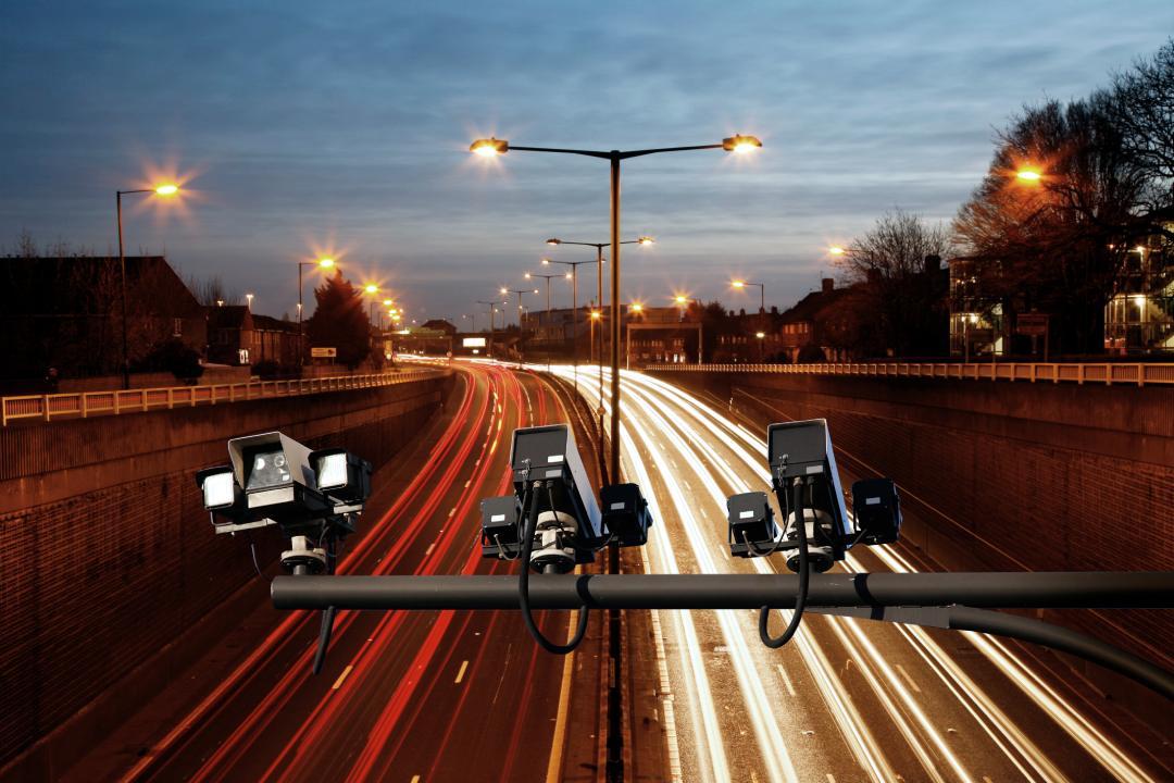 radar de velocidade em avenida movimentada