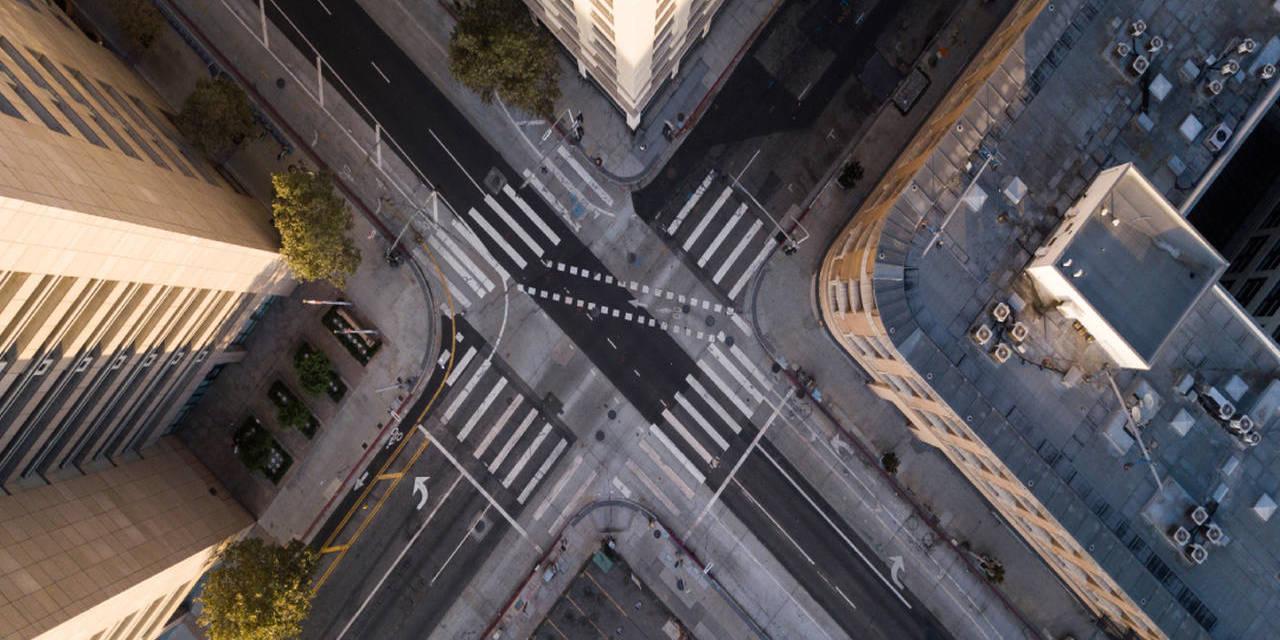cruzamento de avenidas vazias por conta da pandemia do coronavirus
