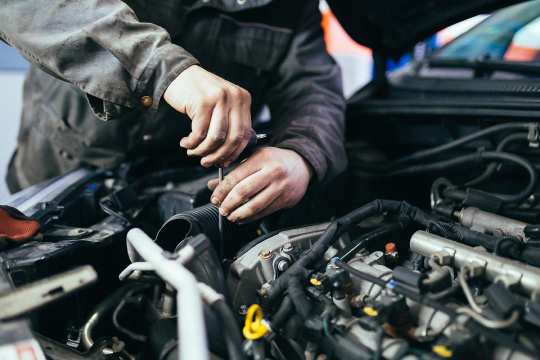 mecanico conserta motor de carro