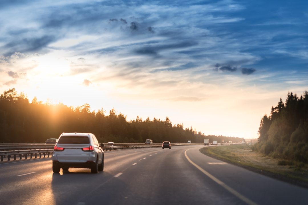 carro na estrada no por do sol