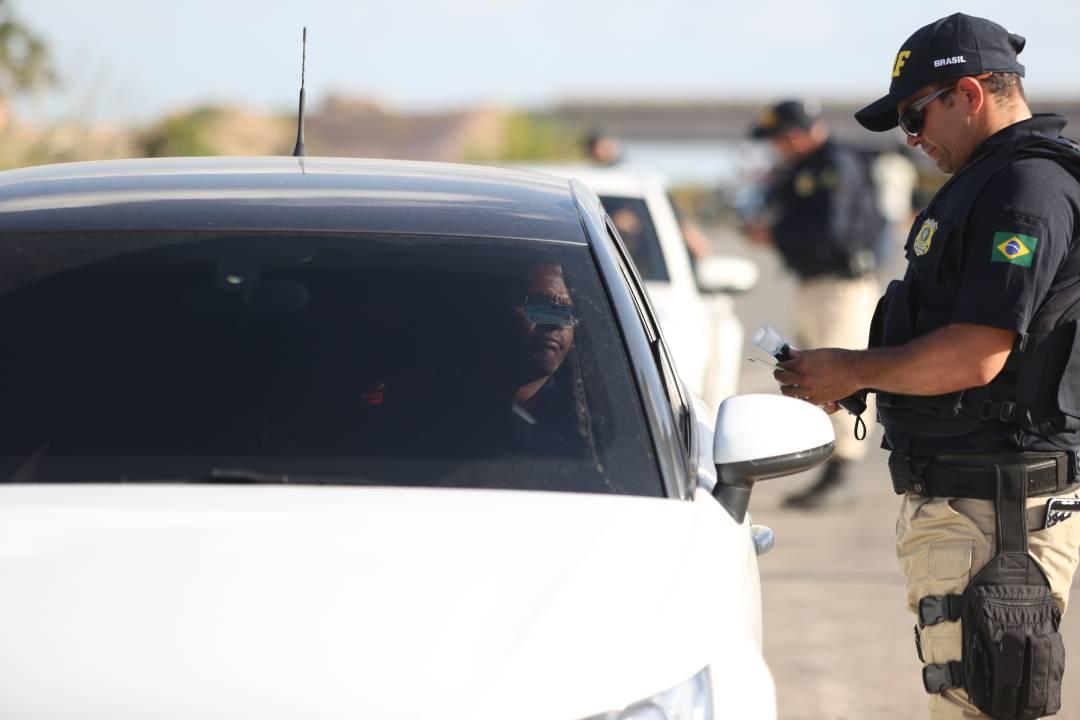 policial rodoviario federal aborda motorista em estrada