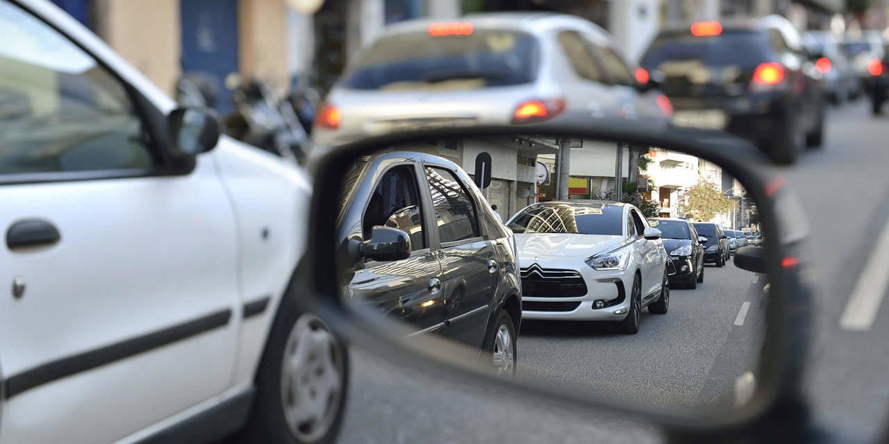 foto do espelho retrovisor de carro parado no transito