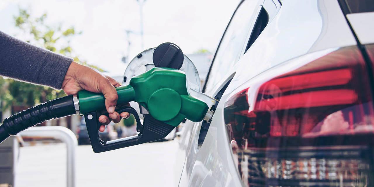 frentista abastece carro em posto de combustivel