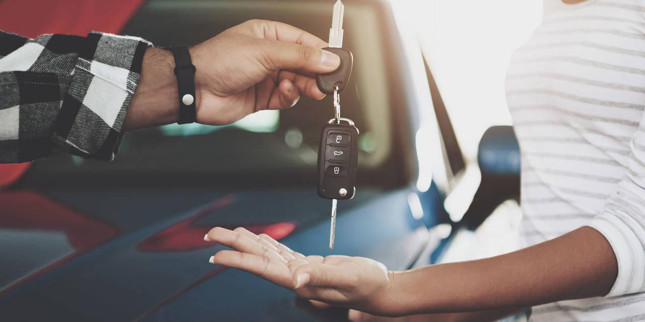 motorista vende o carro e entrega chaves para nova proprietaria