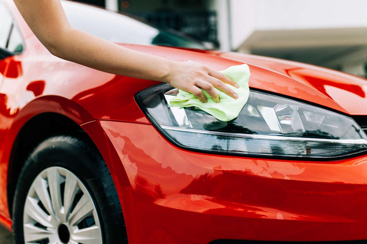 mulher lava seu carro utilizando pouca agua
