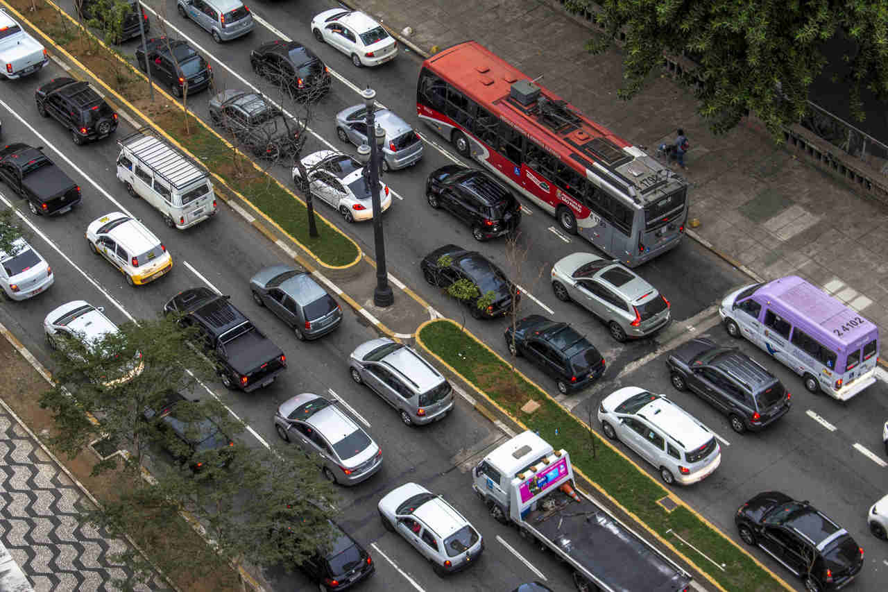 carros no transito em avenida de sao paulo