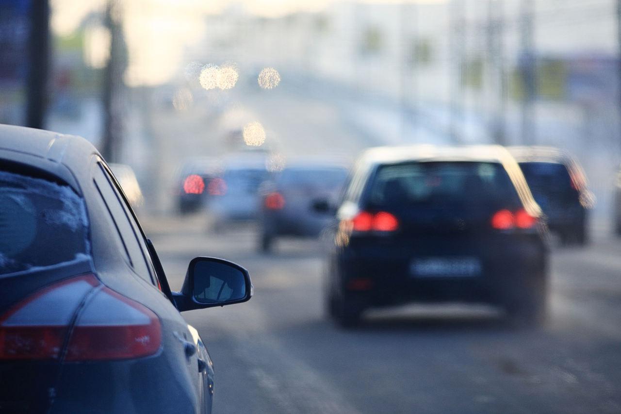 foto de traseira de carros na avenida