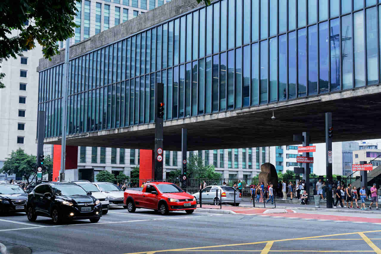 carros na avenida paulista com o museu masp ao fundo