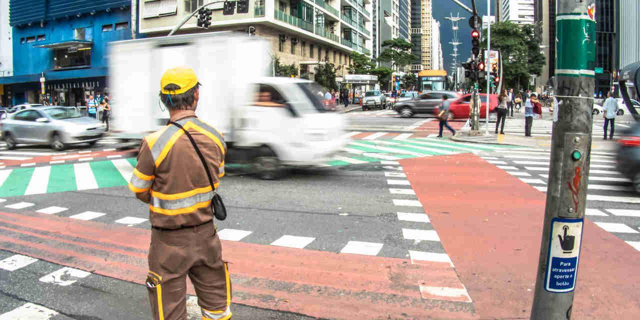 agente de transito da cet sao paulo em cruzamento da avenida paulista com a consolacao