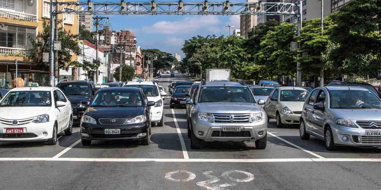 carros parados no semaforo