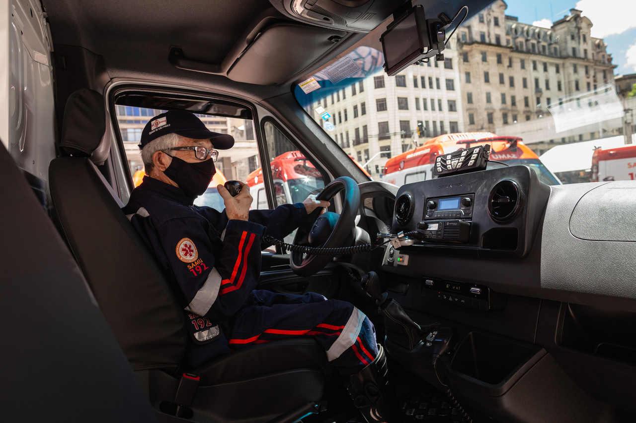 motorista de ambulancia SAMU com mascara fala no equipamento de radio