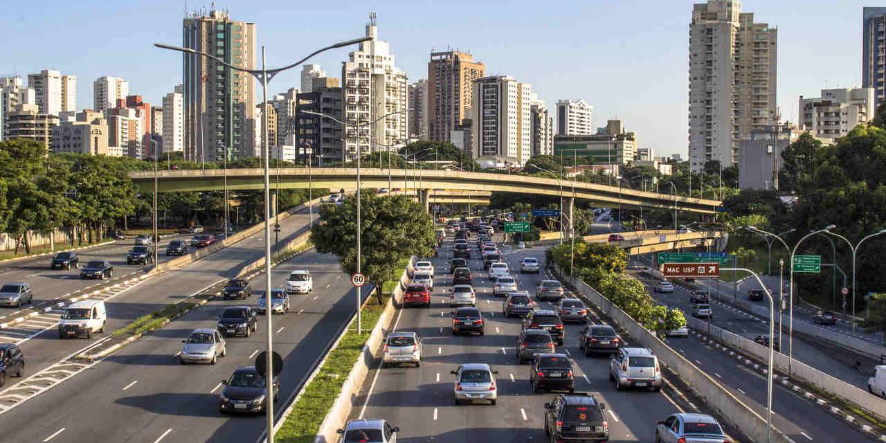 Avenida ibirapuera com muitos carros em São Paulo