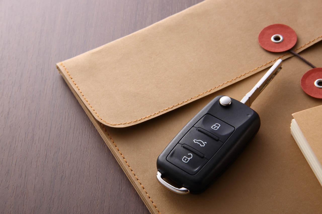 chave em cima do documento do carro