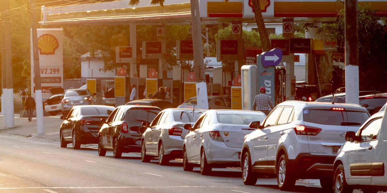 carros na fila de abastecimento em posto de combustivel shell