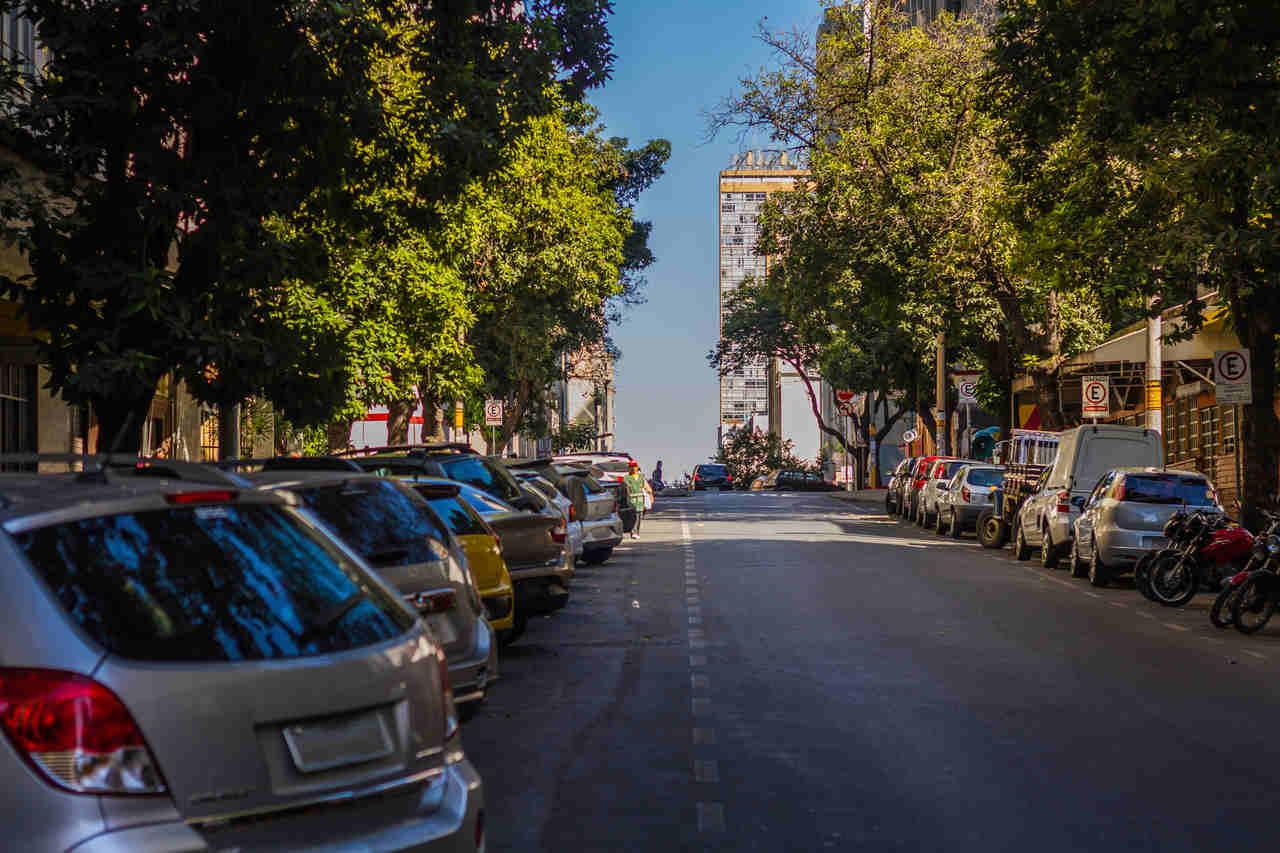Rua com estacionamento rotativo digital belo horizonte