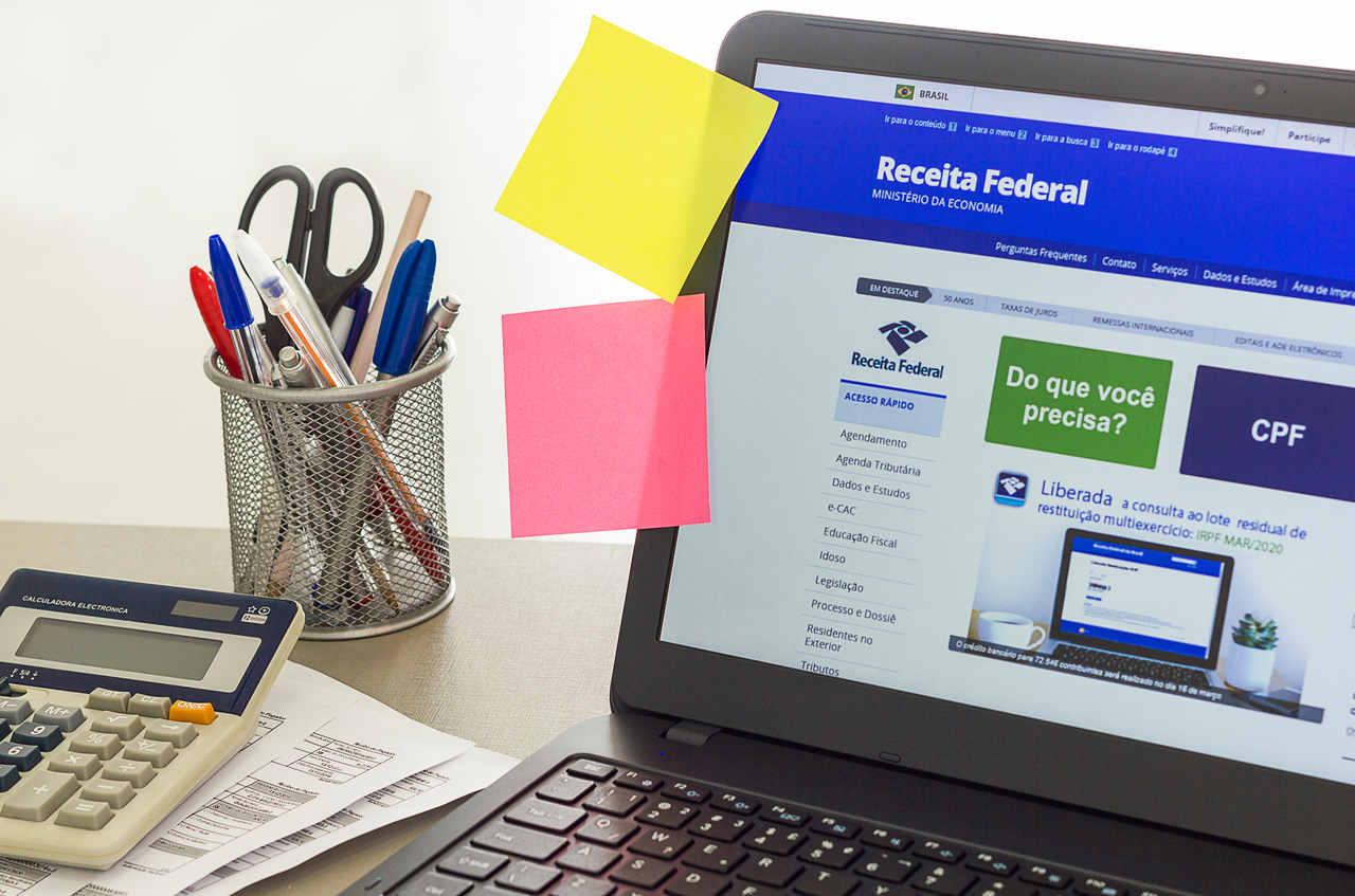 computador aberto no site da receita federal para imposto de renda
