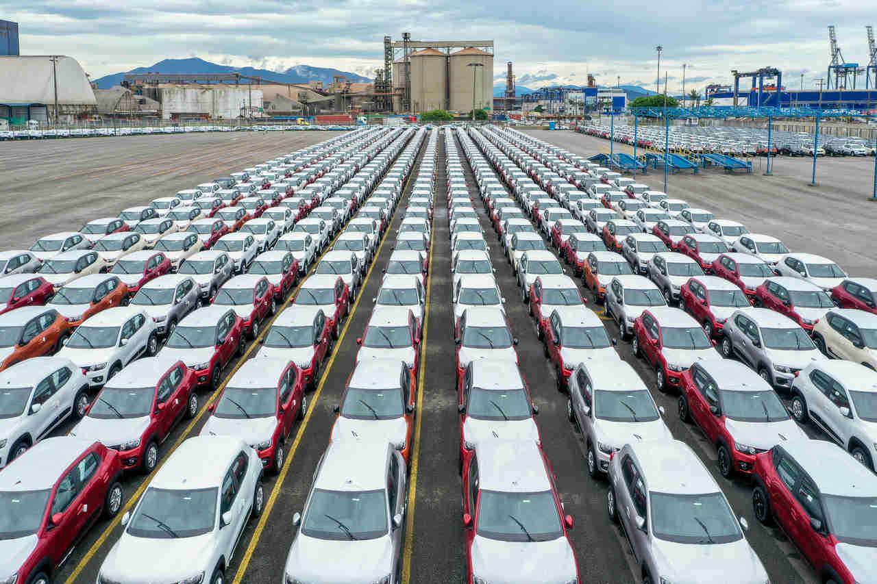 centenas de carros novos enfileirados prontos para serem enviados a concessionaria