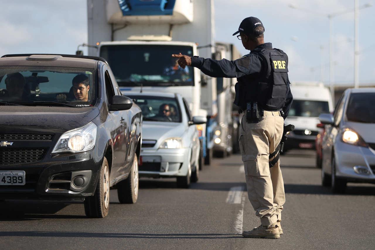 policial faz bliz em rodovia para checar licenciamento