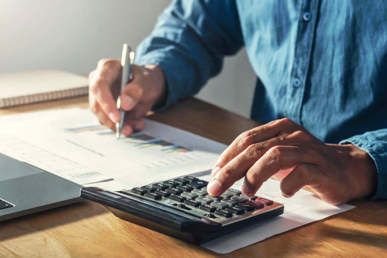 homem calcula refinanciamento de um veiculo