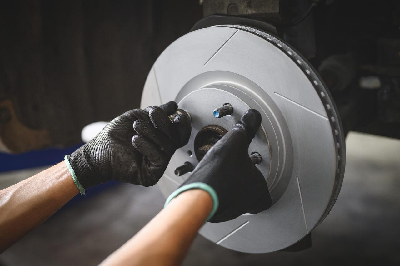 mecanico troca pastilhas de freio em carro