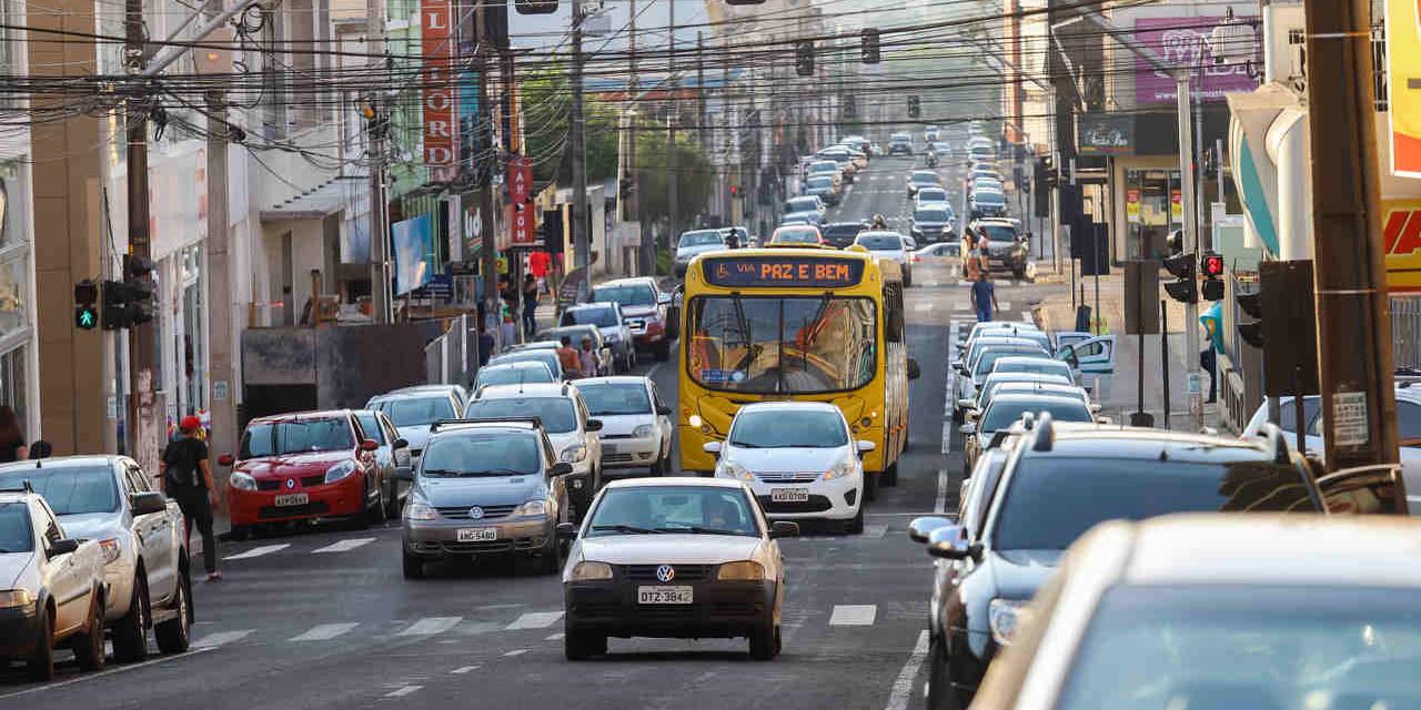 carros em avenida no parana