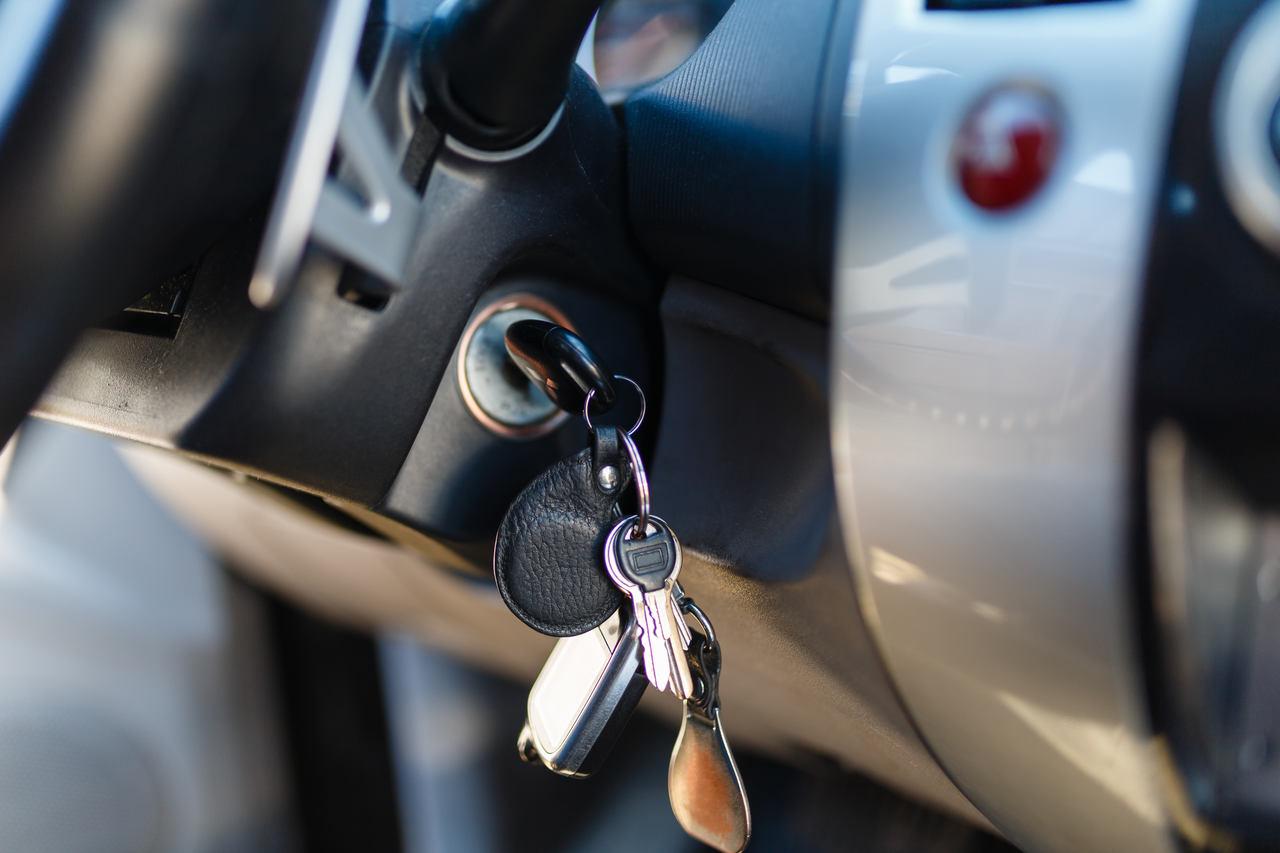 chave do carro com chaveiro pesado na ignicao