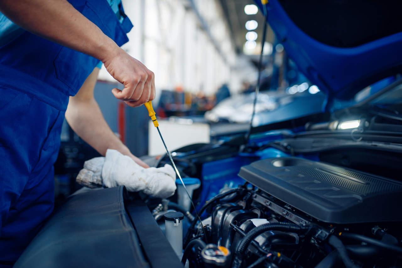 mecanico verifica nivel de oleo do motor