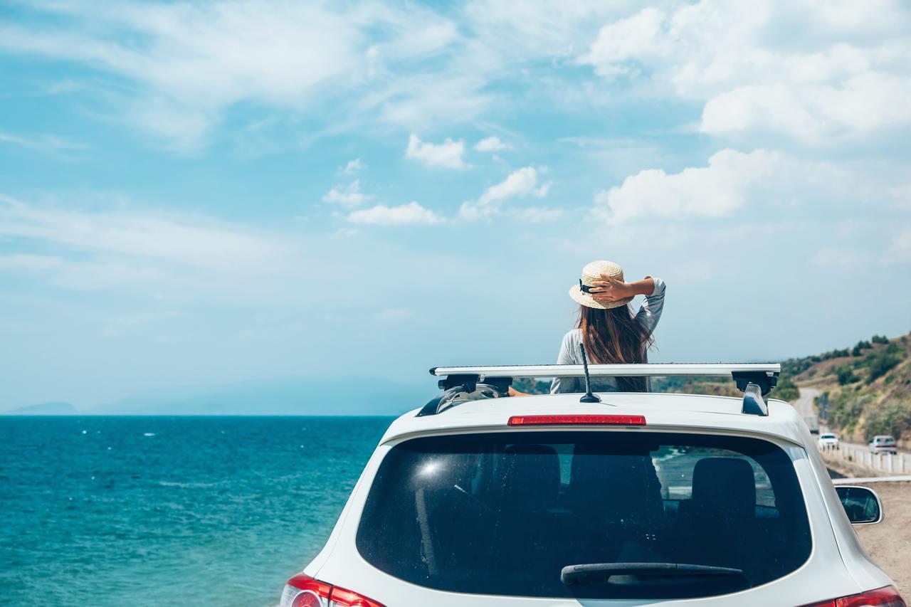 mulher no carro em praia