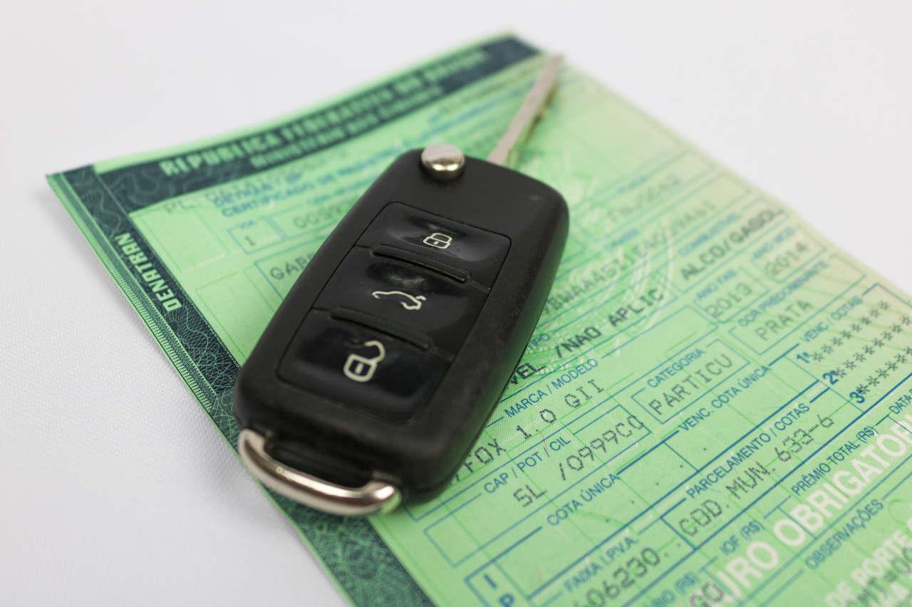 chave de carro sobre documento de transferencia de veiculo sp