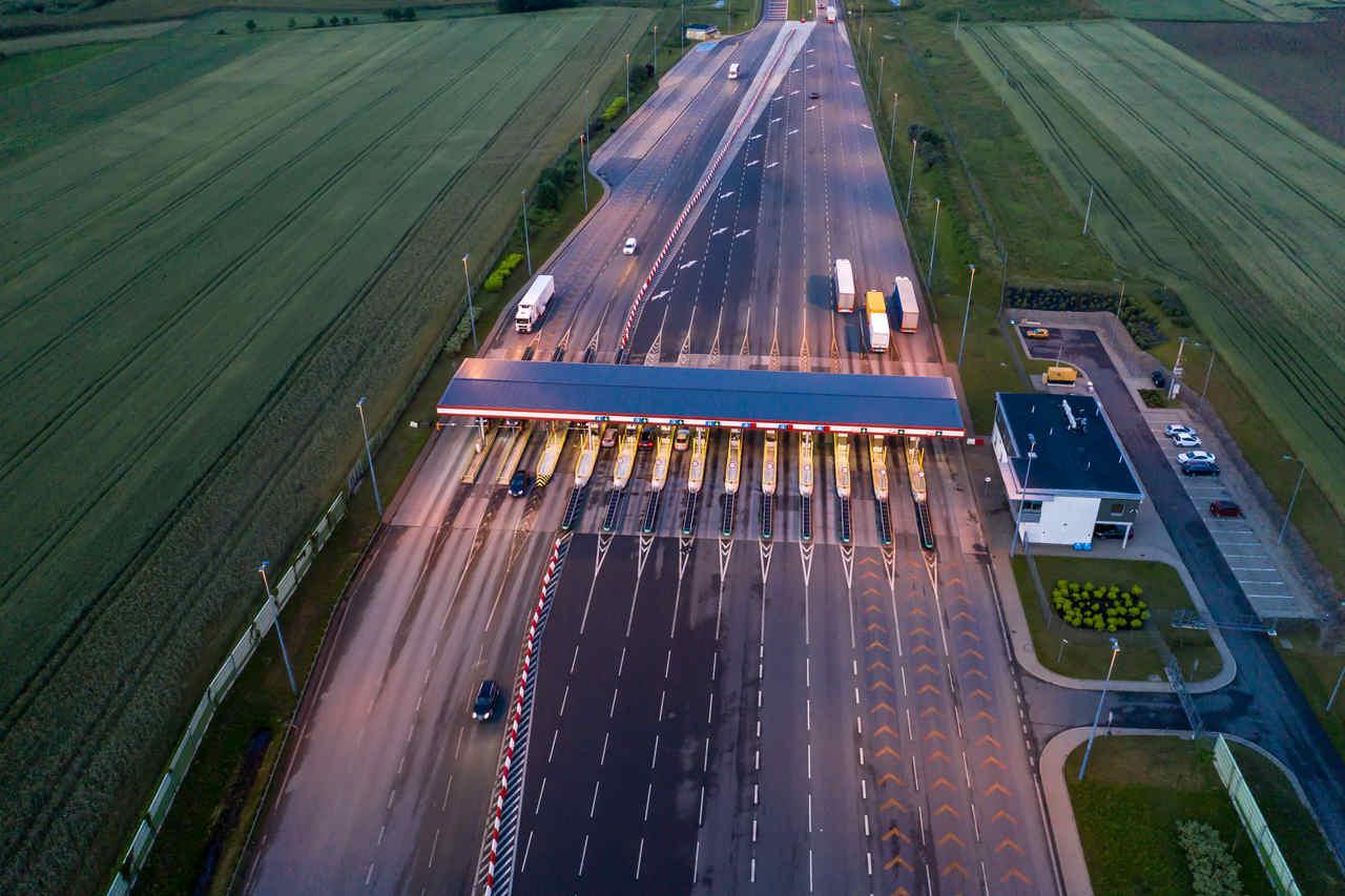 rodovia com estação de pedágio