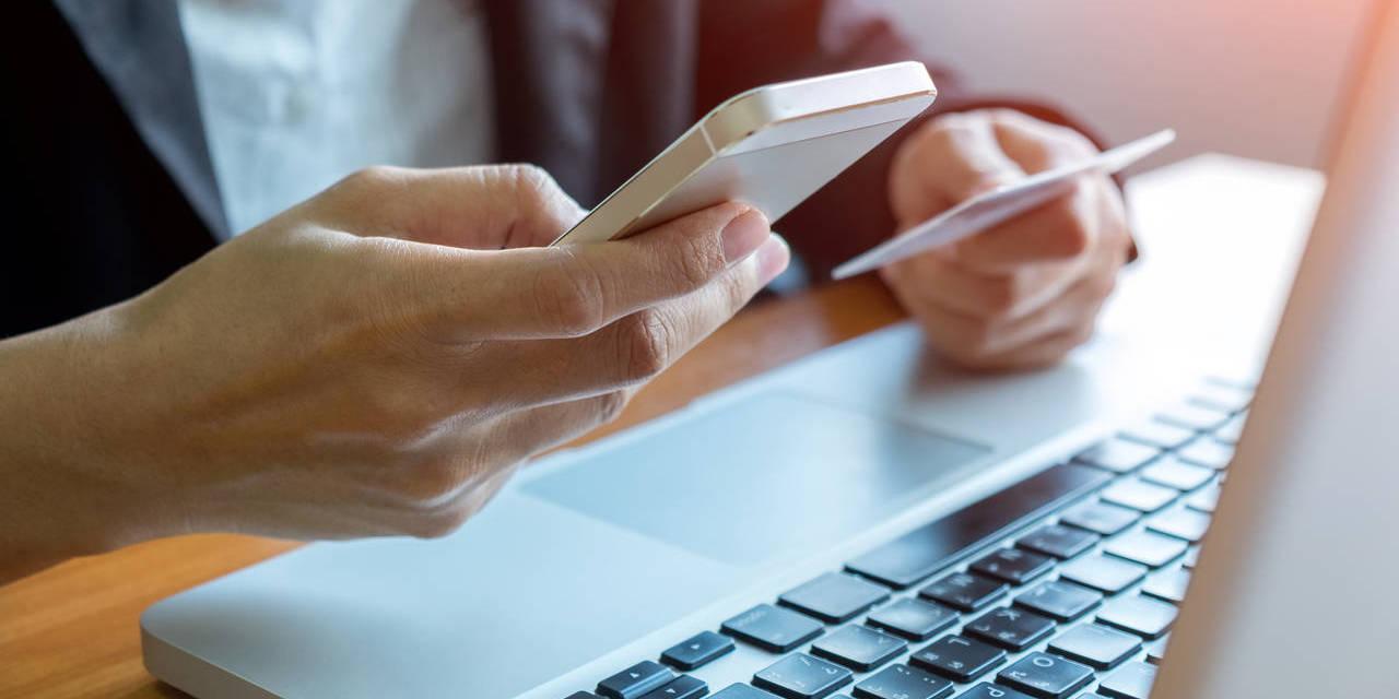 homem consulta multas sp no celular e computador