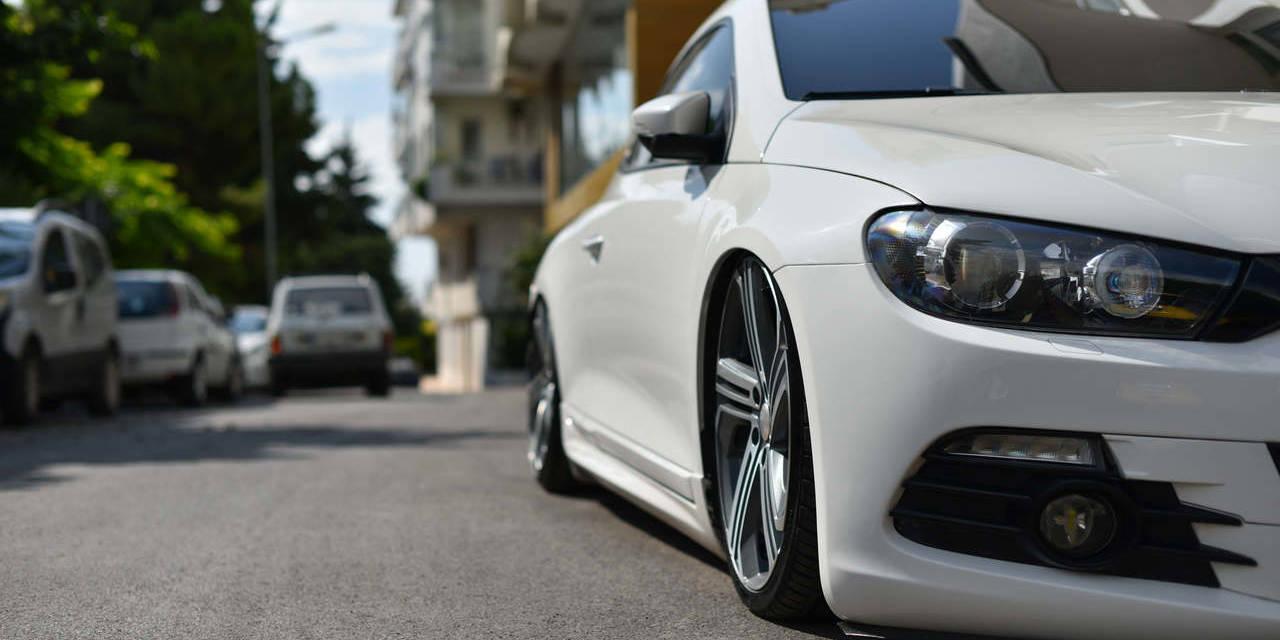 carro branco rebaixado