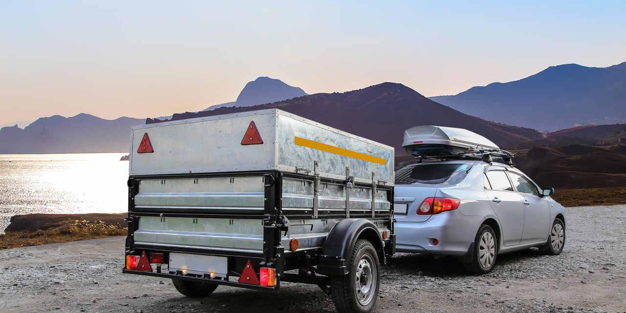 carro com reboque em paisagem na montanha