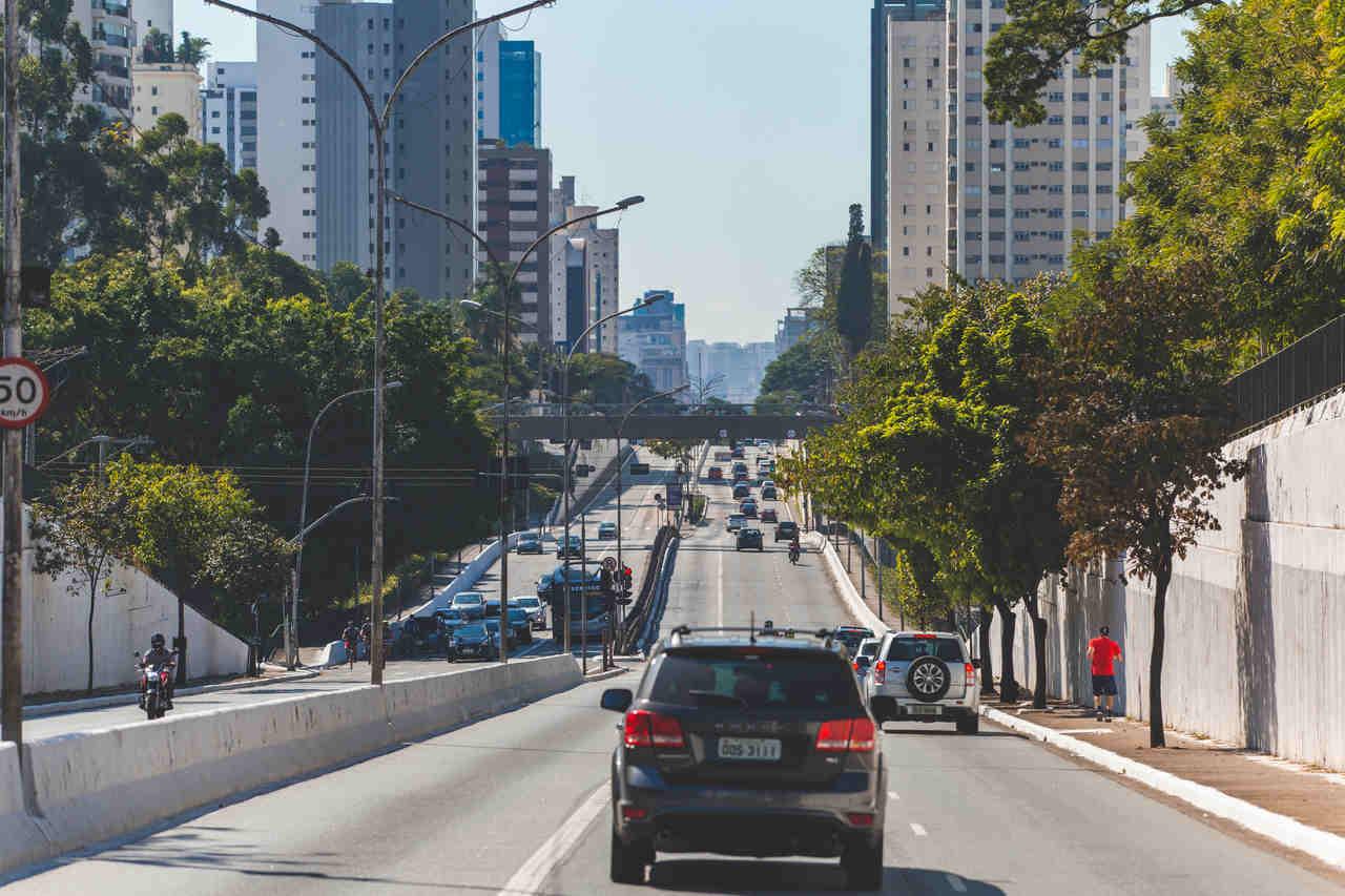 carro na avenida 23 de maio em sao paulo