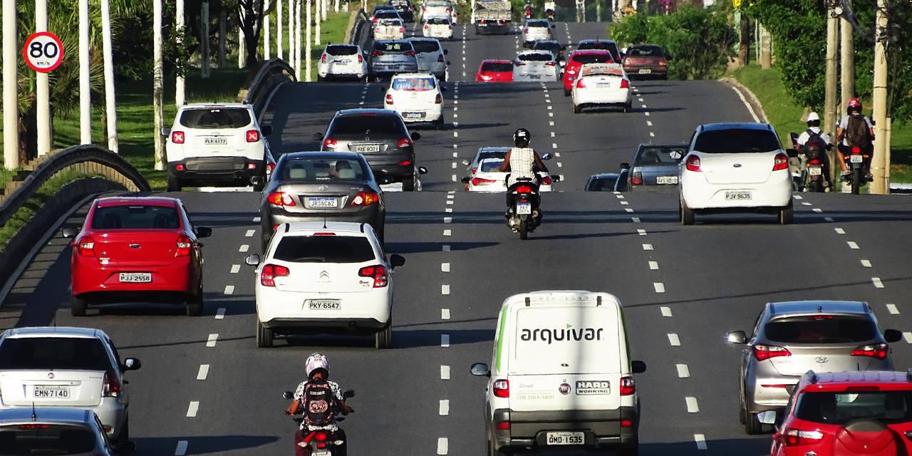 transito de carros em avenida em salvador bahia