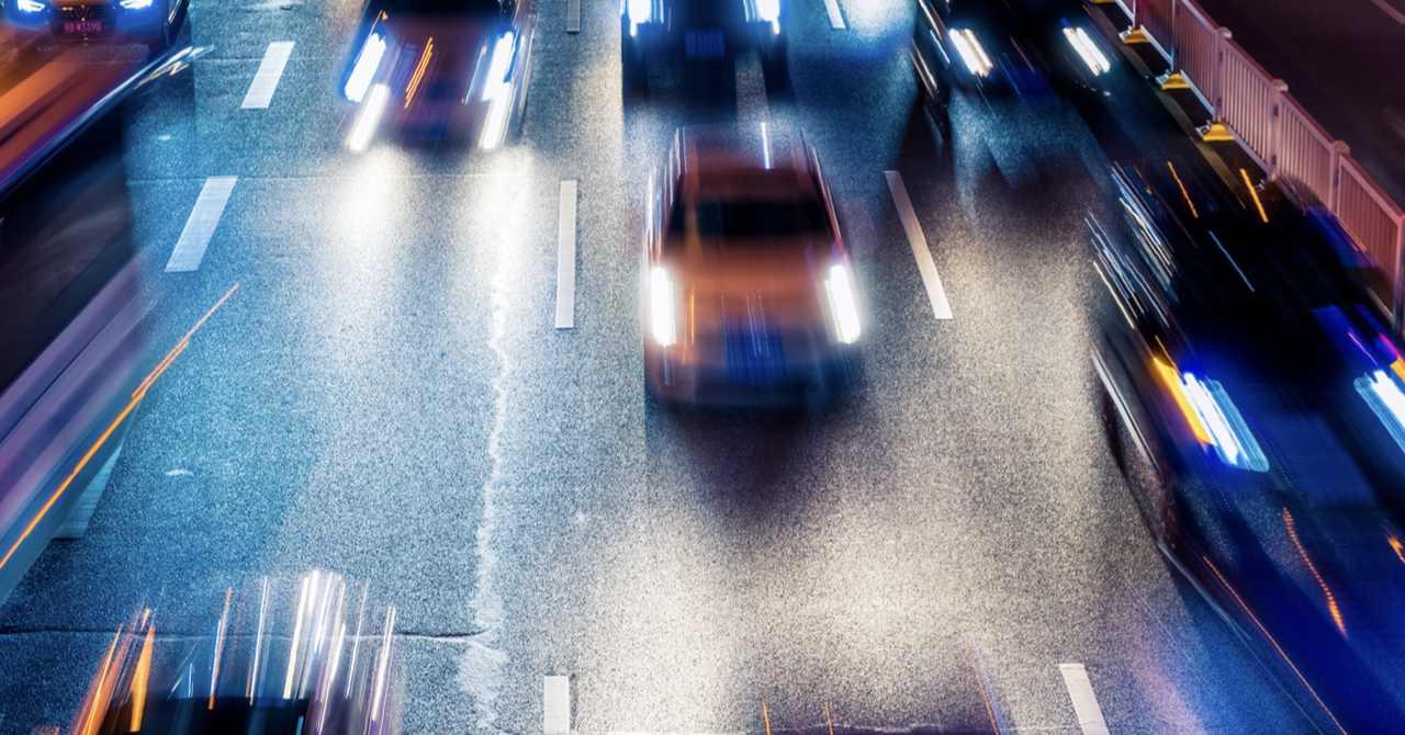 carros em avenida durante a noite