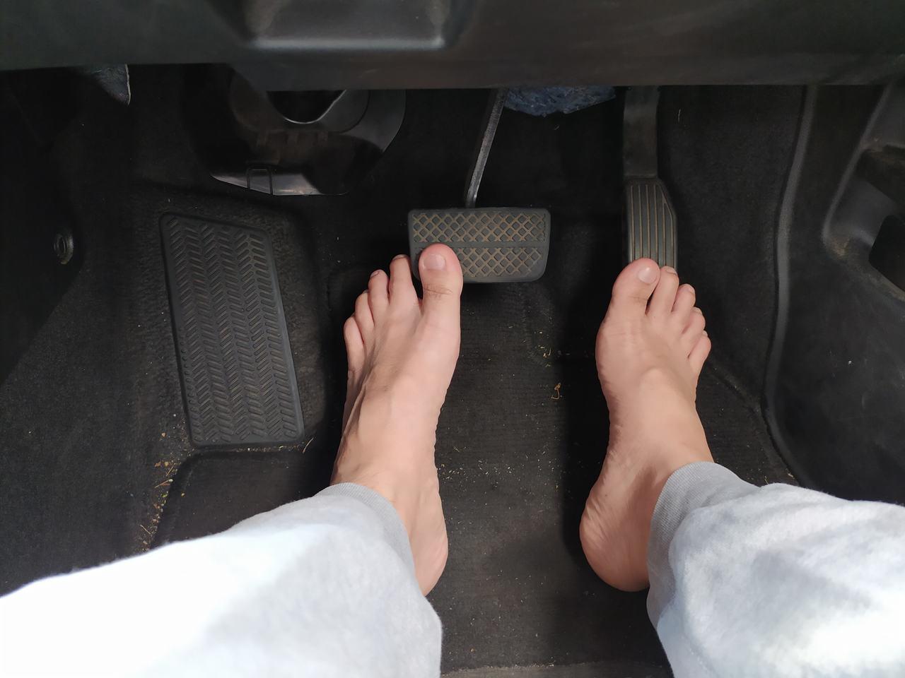 pés descalços no acelerador do carro