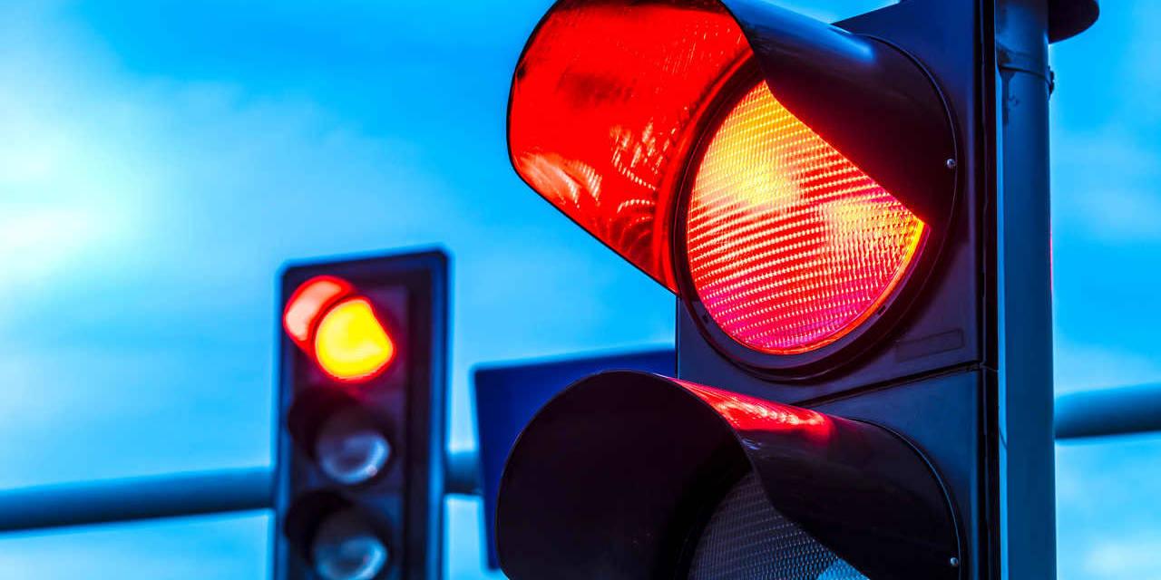 semáforo de trânsito vermelho
