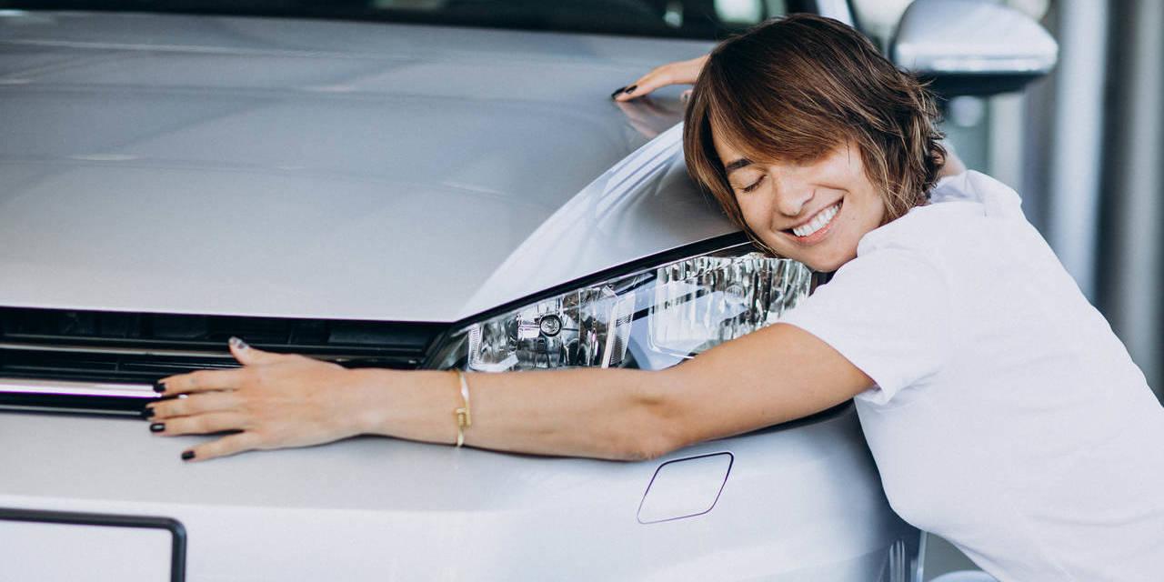 mulher feliz ao lado de seu novo carro por assinatura