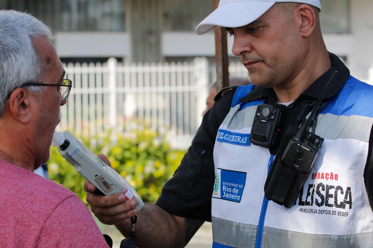 fiscal da lei seca faz teste de bafômetro em motorista que pode levar multa por dirigir embriagado